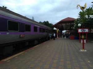 Поезд на вокзале в городе Hua-Hin